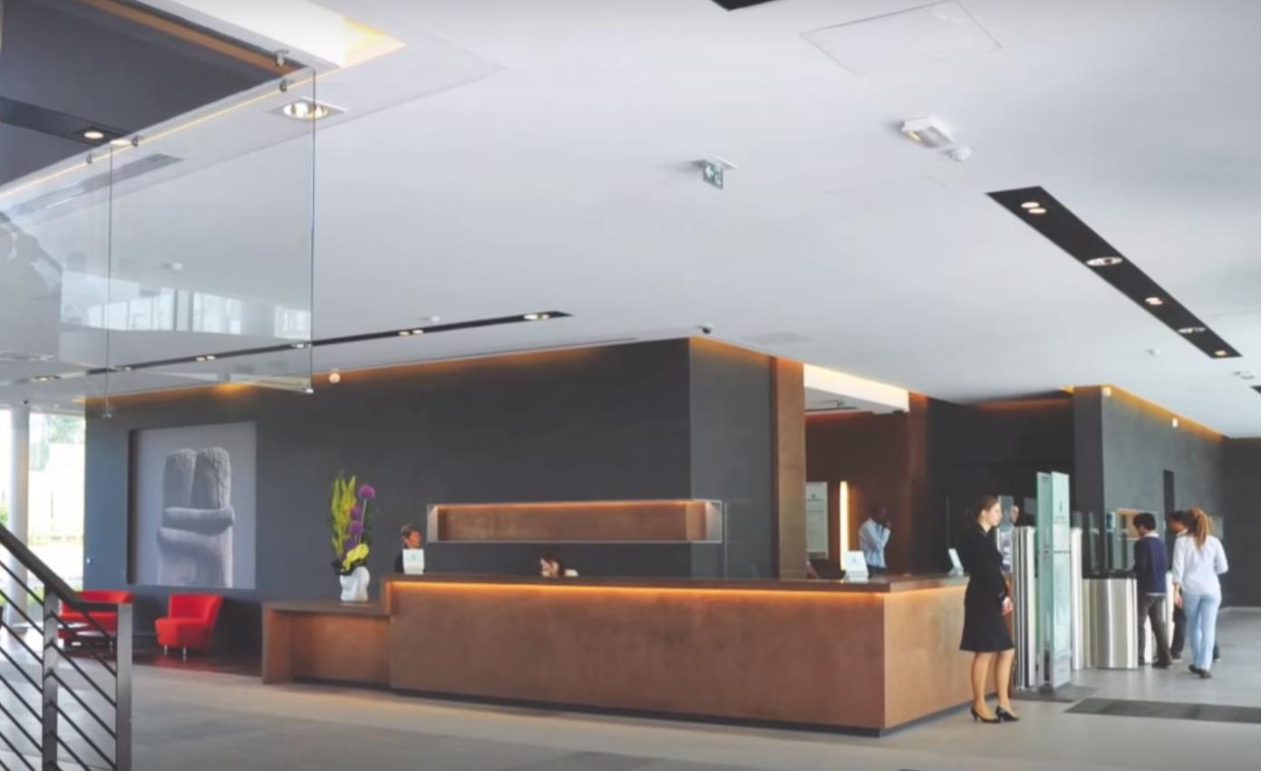 Akoestisch spanplafond Clipso met geïntegreerde verlichting en ...